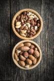 坚果的不同的类型在木碗的 库存图片