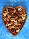 坚果的不同的类型在木碗的 免版税库存照片