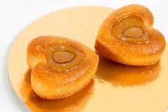 坚果结块心形 蛋糕用杏仁在板材的蚂蚁花生 甜食物 点心甜点 背景许多饺子的食物非常肉 免版税图库摄影