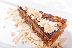 坚果蛋糕 蛋糕用杏仁在板材的蚂蚁花生 甜食物 点心甜点 背景许多饺子的食物非常肉 关闭 免版税库存照片
