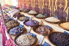 坚果,与甜点的篮子特点阿拉伯文化 变化  图库摄影