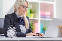 坚苦工作妇女总是准时在工作 免版税库存照片