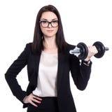 坚苦工作概念-有哑铃的愉快的美丽的女商人 免版税库存图片