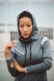 坚韧看起来的都市健身妇女画象 免版税库存图片