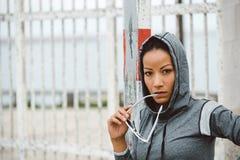 坚韧看起来的都市健身妇女画象 库存图片