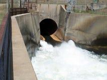 水坝出口溢洪道特写镜头 库存图片