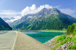 水坝和天蓝色山湖在阿尔卑斯,奥地利 免版税库存图片