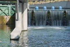 水坝和清楚的水的前面看法 库存图片