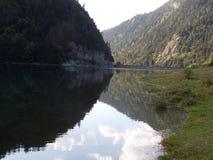水坝和被抑制的湖在比利牛斯 免版税库存图片