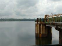 水水坝和集中处驮货驴子黑人的 图库摄影