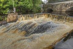 水坝和水力发电站的老石桥梁在HDR的 免版税库存照片