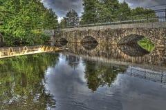 水坝和水力发电站的老石桥梁在HDR的 免版税图库摄影