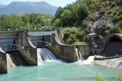 水坝在午间在Sabiñanigo镇,西班牙 图库摄影