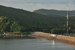 水坝在山镇 库存照片