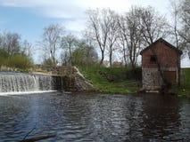水坝在市中心 库存图片