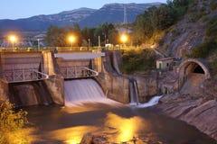 水坝在晚上在Sabiñanigo镇,西班牙 免版税库存图片