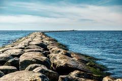 水坝在海 免版税库存照片
