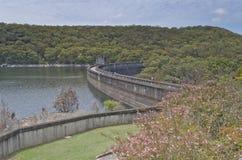 水坝墙壁和湖从上面 库存照片