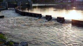 水坝流经 免版税库存照片