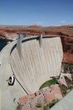 水坝用在它后的水 免版税库存照片