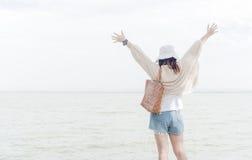 水坝的自由和幸福妇女有柔光的 图库摄影