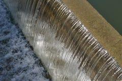 从水坝的落的水 库存照片