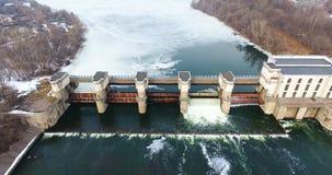 从水坝的水释放 从直升机,寄生虫的鸟瞰图 影视素材