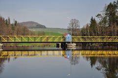 水坝,从湖的看法 库存图片