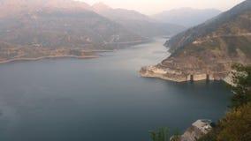 水坝介于中间的山 图库摄影
