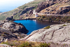 水坝Covao做Curral, Serra da埃斯特里拉。葡萄牙 免版税图库摄影