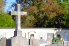坟园十字架 免版税图库摄影