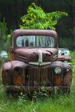 坟园生锈的卡车 免版税库存图片