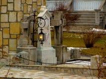坟园蜡烛坟茔十字架传统灯 库存照片