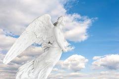 坟园雕象蓝天的与云彩 免版税库存图片