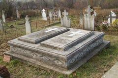 坟墓在一个东正教坟园 库存图片