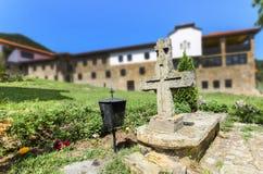 坟墓在一个老教会里 免版税库存照片