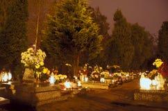 坟墓在墓地 免版税库存照片