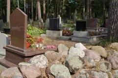 坟墓在墓地 库存照片