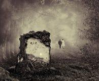 坟墓在森林里 免版税库存图片