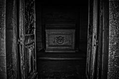 坟墓是开放的 库存图片