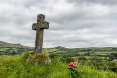 坟茔在一个坟园在一个传统村庄在达特穆尔,德文郡,英国 免版税图库摄影