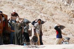坟茔的挖掘的人工作 免版税图库摄影