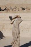 坟茔的挖掘的人工作 免版税库存图片