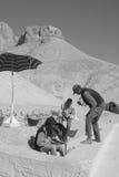 坟茔的挖掘的人工作 库存照片