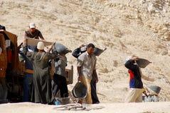 坟茔的挖掘的人工作 免版税库存照片