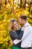 坠入爱河的秋天 夫妇拥抱 免版税库存照片