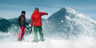 坡道滑雪,在山顶部的两个滑雪者 库存照片