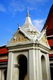 洛坤, Pathom,泰国:在泰国寺庙的钟楼 库存照片
