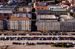 坦佩雷大厦和停车场视图从独奏Sokos旅馆Torni坦佩雷 库存图片