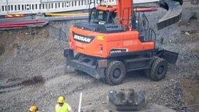 坦佩雷tramline建筑Doosan挖掘机开掘 影视素材